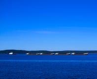 Caravana de la nave que cruza el lago Fotos de archivo libres de regalías