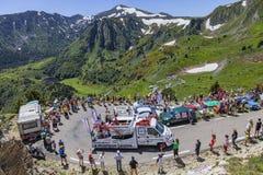 Caravana de la publicidad en las montañas de los Pirineos Fotografía de archivo libre de regalías