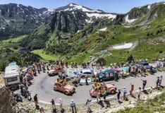 Caravana de la publicidad en las montañas de los Pirineos Imagen de archivo libre de regalías