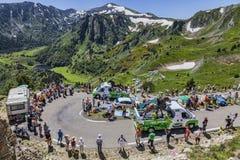 Caravana de la publicidad en las montañas de los Pirineos Imagenes de archivo