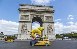 Caravana de la publicidad en París - Tour de France 2016 Imagen de archivo libre de regalías