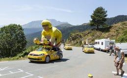 Caravana de LCL en las montañas de los Pirineos - Tour de France 2015 Fotos de archivo libres de regalías