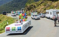 Caravana de los hoteles de Ibis en las montañas de los Pirineos - Tour de France 2015 Imagen de archivo