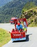 Caravana de Vittel em montanhas de Pyrenees - Tour de France 2015 Fotografia de Stock