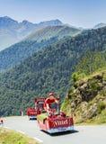 Caravana de Vittel en las montañas de los Pirineos - Tour de France 2015 Imagen de archivo libre de regalías