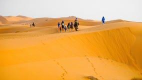 Caravana del camello en Merzouga, Sahara Desert, Marruecos fotos de archivo libres de regalías