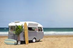 Caravana del camión de la comida en la playa Foto de archivo libre de regalías