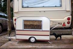 Caravana do modelo minúsculo para um cão. foto de stock