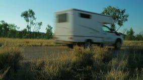 Caravana drving últimos árboles y arbustos secos almacen de metraje de vídeo