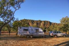 Caravana e veículo da movimentação de quatro rodas na área de acampamento em Windjana Foto de Stock
