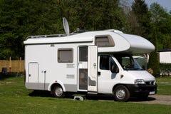 Caravana em um acampamento Imagens de Stock