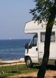 Caravana en el sitio para acampar Fotos de archivo libres de regalías