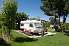 Caravana en sitio para acampar Fotos de archivo libres de regalías