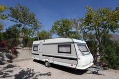 Caravana en un camping Foto de archivo