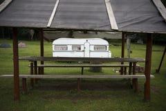 Caravana en un camping Imagenes de archivo