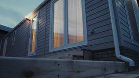 Caravana estática moderna Casa móvil tiempo de la tarde, en la luz de las ventanas metrajes
