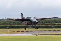 Caravana G-DLAA de Cessna 208 en acercamiento a la tierra imagen de archivo libre de regalías