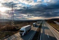 Caravana ou trem de caminhões do caminhão na estrada do país imagens de stock royalty free