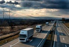 Caravana ou trem de caminhões do caminhão na estrada do país fotografia de stock
