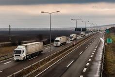 Caravana ou trem de caminhões em uma estrada do país do weet foto de stock royalty free
