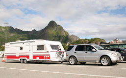 Caravana que cuida del coche de lujo con las bicis encendido imagen de archivo libre de regalías
