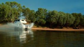 Caravana que salpica una onda a través del agua almacen de video