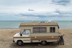 Caravana retra en la playa y el mar, vacaciones de verano Fotos de archivo libres de regalías