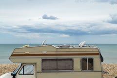 Caravana retra en la playa y el mar, vacaciones de verano Foto de archivo libre de regalías
