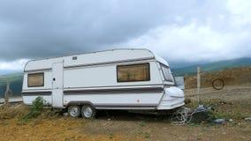 Caravana sola en las montañas almacen de video