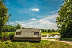 caravana velha que está ao lado da estrada imagens de stock