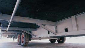 Caravana, visión inferior Caravana de las ruedas almacen de metraje de vídeo