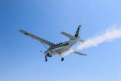 Caravana y cielo de Cessna 208 Imagenes de archivo