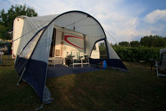 Caravane avec la tente Photo stock