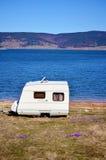 Caravane blanche sur un fond de lac photographie stock