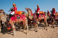 Caravane de chameau avec des musiciens du deportament militaire Images stock