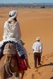 Caravane des touristes dans le désert Photographie stock libre de droits