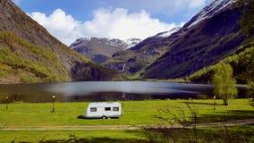 Caravane par le lac en Norvège Images libres de droits