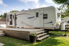 Caravane résidentielle sur le camping Photographie stock libre de droits