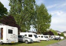 Caravans en kampeerauto's bij het kamperen plaats Royalty-vrije Stock Foto's