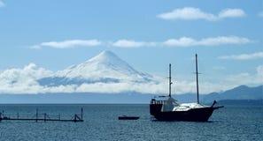 Caravel ancló en un lago delante del volcán Osorno, Chile Imagenes de archivo