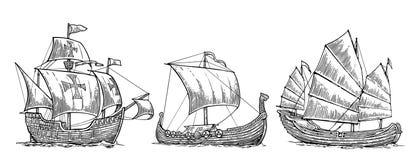Caravel, drakkar, sucata Ajuste os navios de navigação que flutuam nas ondas do mar Imagens de Stock Royalty Free