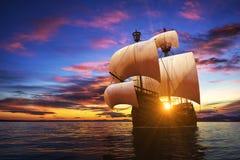 Caravel en el fondo de la puesta del sol ilustración del vector