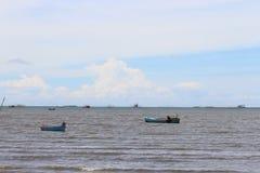 Caravel machte am Ufer inmitten des blauen Himmels fest stockfotografie
