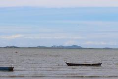 Caravel machte am Ufer inmitten des blauen Himmels fest lizenzfreies stockbild