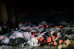 Carbón caliente, ascuas de la parrilla y ascendente cercano del humo imagen de archivo