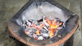 Carbón de leña ardiendo para las ascuas que brillan intensamente de la parrilla en color rojo caliente en la estufa metrajes