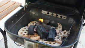 Carbón de leña ardiendo y que brilla intensamente Imágenes de archivo libres de regalías