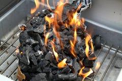 Carbón de leña ardiente. Fotos de archivo