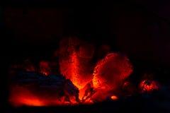 Carbón de leña ardiente Fotografía de archivo libre de regalías
