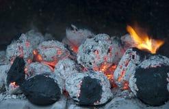 Carbón de leña ardiente de la parrilla Imagen de archivo libre de regalías